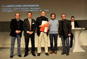 Werner Drechsler, Geschäftsführer der Druckstudio Gruppe (2.v.l.), Fotograf Herbert Böttcher (Mitte) und Jan Minthe von der F. + J. Minthe GmbH und Co. KG (2.v.r.) zusammen mit zwei Jury-Mitgliedern.