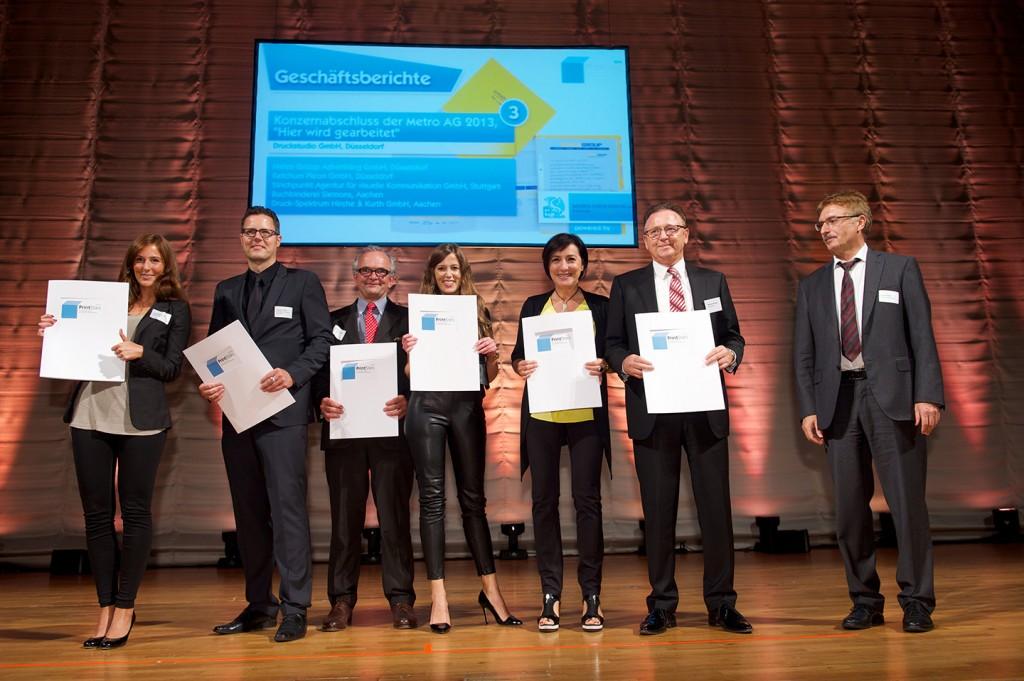 Die Verleihung der PrintStars 2014: Das Team um Geschäftsführer Werner Drechsler und Marketingleiterin Fotini Drechsler (2. und 3. v. r.) nahm die Auszeichnung in Empfang.