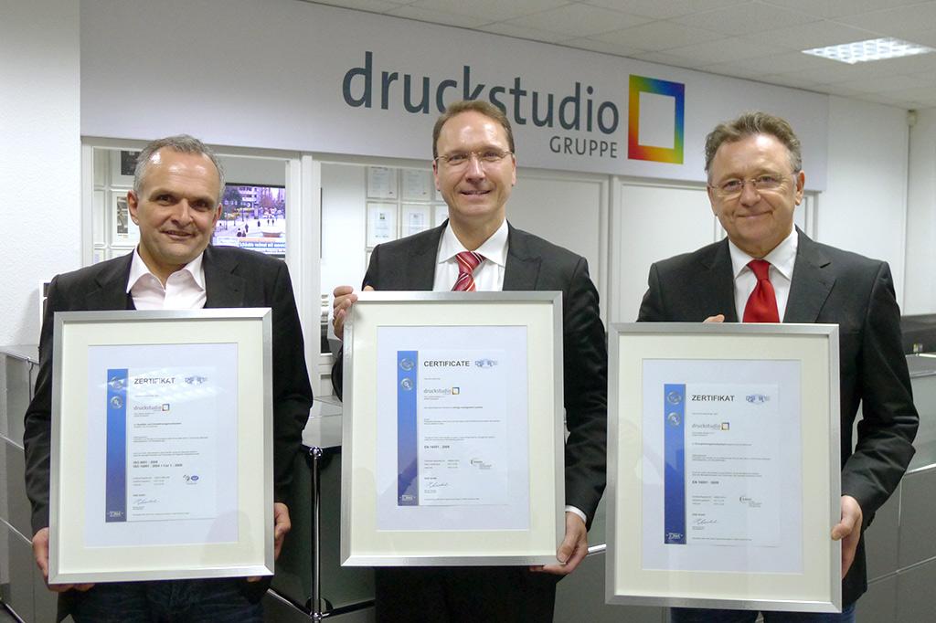 Die Druckstudio Gruppe: Dreifach rezertifiziert in Sachen Qualitäts-, Umwelt- und Energiemanagement. Von links nach rechts: Martin Piszczek, Dirk Puslat und Werner Drechsler.